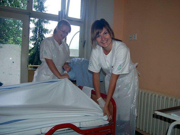 Budoucí zdravotní sestričky musí mimo jiné umět rychle převléct postel a připravit pokoj pro nového pacienta. Na snímku Veronika Drastíková a Markéta Kupková.