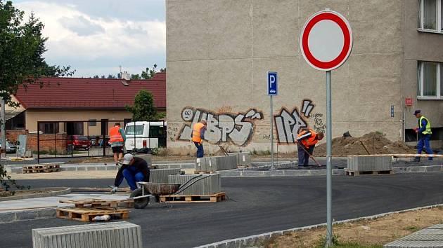 Stavební ruch na křižovatce v Kylešovicích by měl od září utichnout.