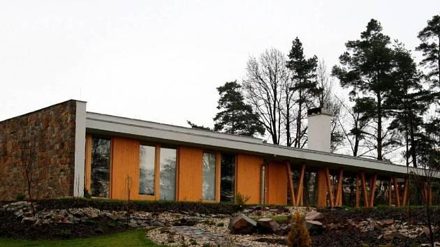 Rodinný dům ve Chvalíkovicích. Autorem moderní novostavby, která plynule zapadá do okolní krajiny, je architekt Tomáš Bindr z opavského Ateliéru 38.