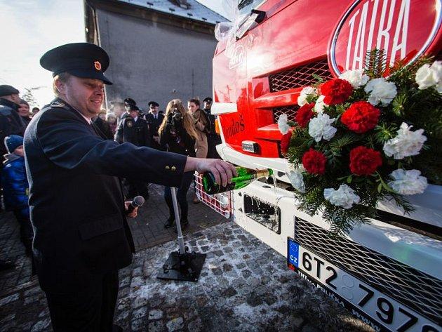 Velkou radost měli v sobotu dobrovolní hasiči v Jakubčovicích, kteří slavnostně převzali zbrusu nový hasičský vůz. Oslav se zúčastnil také farář, který požehnal vozu, o kterém místní dobrovolníci vyjednávali dlouhých osm let.