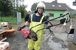 Dvě jednotky hasičů zasahovaly od úterního rána v okrajové části Hlučína v ulici U cihelny, kde voda a bahno zatopily přízemní části dvou obytných domů a jejich okolí.