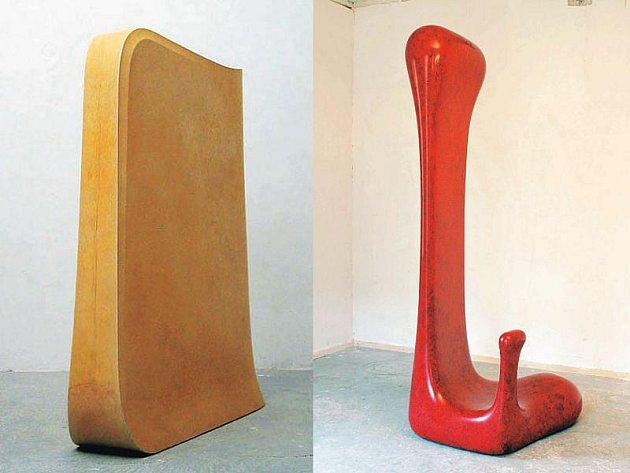 Sochy Jana Kováříka: k1 (vlevo) vznikla v roce 2006 a její rozměry jsou 95x112x35 cm. Ff02 (vpravo) je vytvořena z kompozitního materiálu, její výška je 220 cm a vznikla loni.