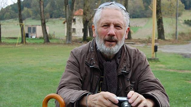 Sochař a pedagog Kurt Gebauer už Nové Sedlice navštívil a garanci projektu přijal.