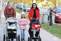 Tyto dvě maminky na Husově ulici mají štěstí. Jdou s kočárky totiž po úseku, kde je cyklistům věnovaný minimální prostor.