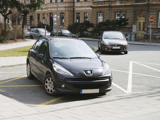 Žluté dopravní značení mnozí řidiči neberou vážně. Tak to vypadalo v Zacpalově ulici v pravé poledne, v podvečer je zde pak aut daleko více.