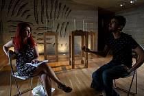 Režisér Amber Jindřich Mižďoch se studentkou Denisou Pánikovou, která tímto filmem absolvovala. Na starosti měla kostýmy nebo masky.