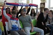 """Někteří ze školáků """"Englišky"""" si na utkání českým hokejistů s olympijským výběrem Rusů přinesli i šály."""