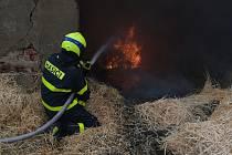 Zásah u požáru hospodářské budovy na okraji Kravař, 10. června 2020.