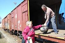 Lidé nosí šaty na vlakové nákladní nádraží stanice Opava-Východ. Dostanete se zde z Těšínské ulice kolem Lidlu.