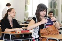 Maturanti jen několik minut předtím, než se pustí do druhé části zkoušky z českého jazyka. Někteří nervózní byli, jiní byli klidní.