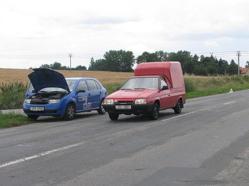 Okolo porouchaného auta projelo přes dvě stě vozidel. Nezastavilo ani jedno.