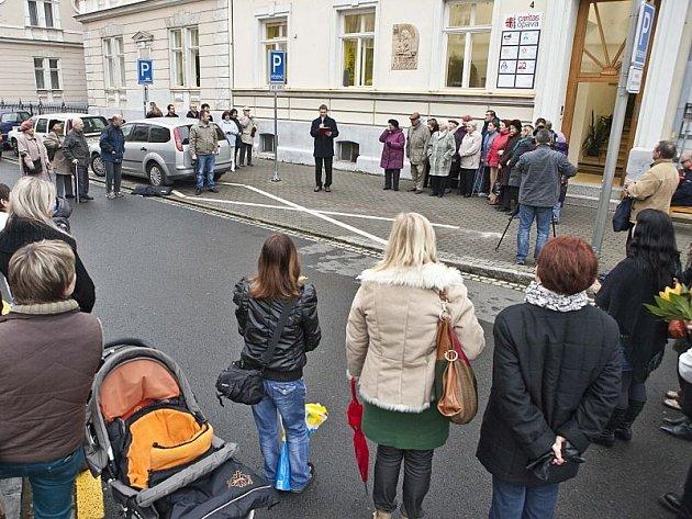 Jednou z loňských akcí opavské Charity, která vstoupila do povědomí veřejnosti, bylo odhalení domovních znamení sv. Anežky a sv. Františka na charitních domech v Kylešovské ulici.
