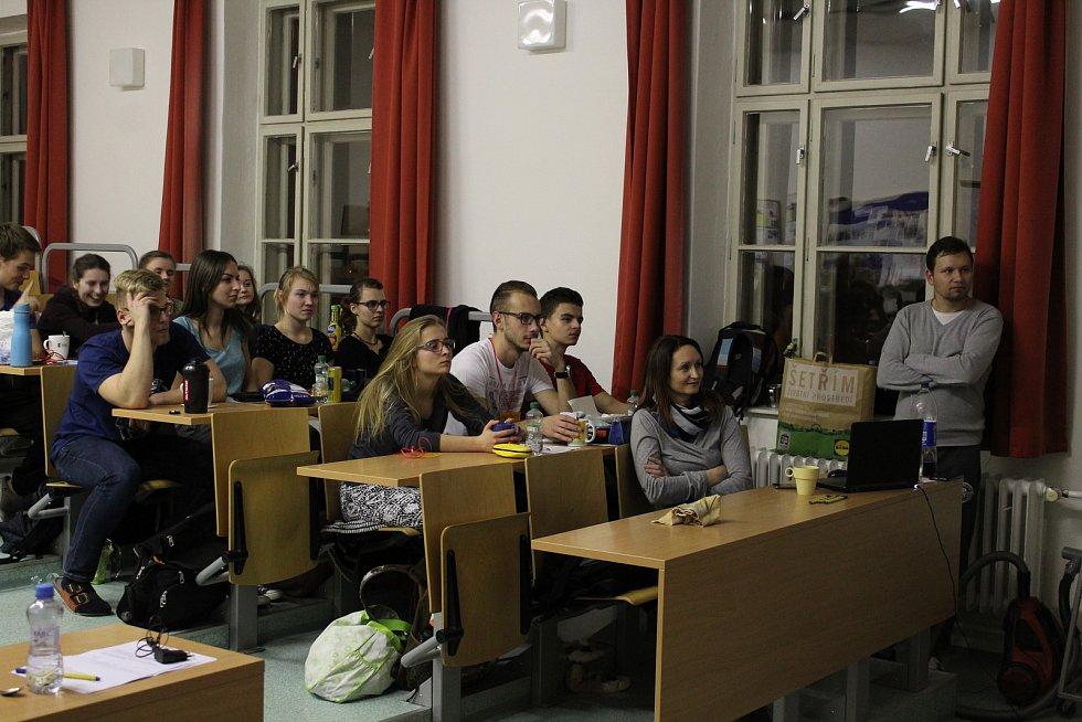 Studenti Mendelova gymnázia v Opavě vytvořili o víkendu nový český rekord v non stop výce. Celkem se vydrželi učit 41 hodin.