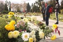 Spousta květin a svíček se nacházela také na vsypové loučce Městského hřbitova v Opavě.