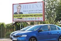Plakát informující o zrušeném koncertu Heleny Vondráčkové se nachází například v opavské městské části Komárov.