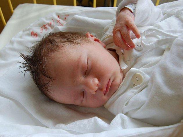 """Samuel Nohál se narodil 22. června, vážil 3,65 kg a měřil 50 cm. """"Je to naše první miminko, přejeme mu do života všechno nejlepší,"""" řekla maminka Hana a tatínek Tomáš Nohálovi ze Štěpánkovic."""