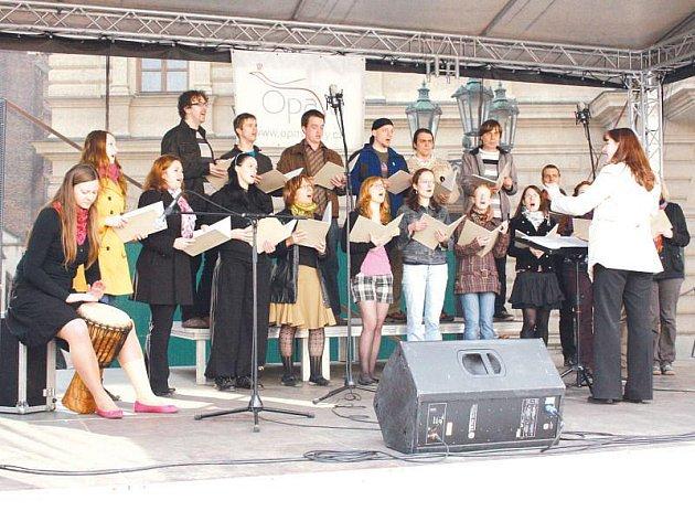 Komorní pěvecký sbor Slezské univerzity působí už dvacet let. Zítra se představí ve Sněmovním sále minoritského kláštera v Opavě.