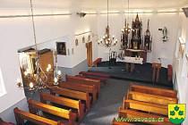 Opravený interiér kaple je dnes důstojným zázemím bohoslužeb a dalších akcí.