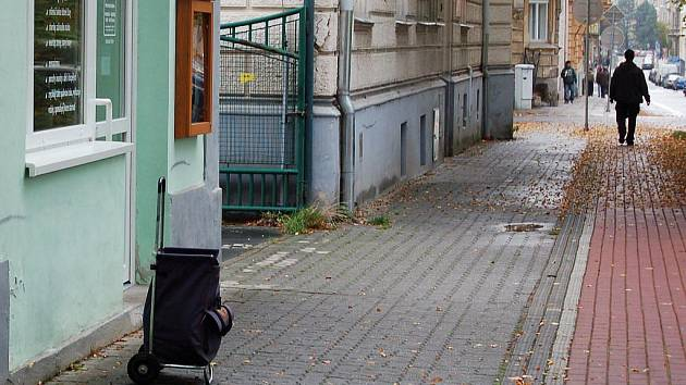 Dorušovací brašna stojí bez dozoru na jedné z opavských ulic. Takovýto obrázek je v Opavě k vidění poměrně běžně.