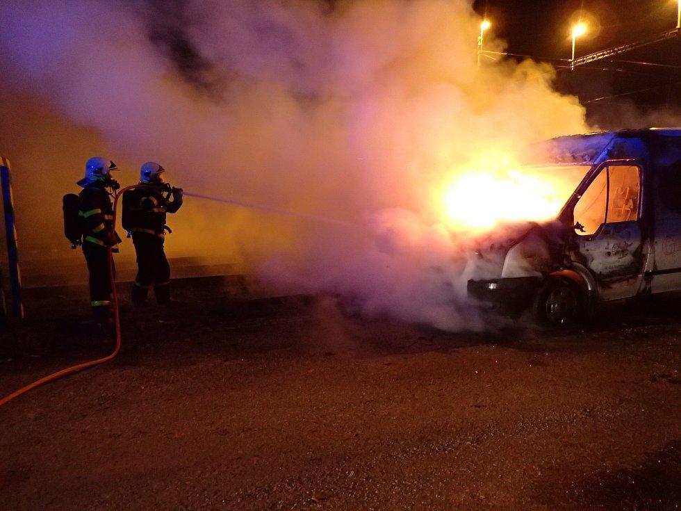Zásah hasičů u požáru dodávky v Děhylově.