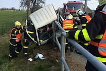 Čtvrt hodiny trvalo, než se podařilo hasičům vyprostit třiadvacetiletou ženu uvízlou v kabině menšího nákladního vozu s pečivem.