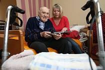 Dobrovolníci klientům domovů pro seniory například čtou.