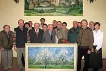 Bohumír Krystyn věnoval rodné obci obraz a pak se všichni společně nechali vyfotografovat. Symbolicky tak vyjádřili lásku k naší malé vesničce.