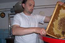 Pavel Košec se věnuje chovu včel a také přednáškám o včelařství.