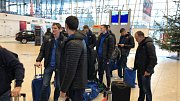 Opavští basketbalisté vyrazili v úterý 11. prosince do Paříže. Na snímku čekání na odlet do Prahy z letiště Mošnov.