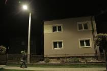 Někteří obyvatelé Dolního Benešova si stěžuji na velkozu intenzitu nového veřejného osvětlení. Foto: Martin Petrásek