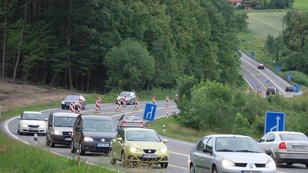 Řidiči si teď při jízdě do Ostravy musejí dát dobrý pozor na zúžení tříproudové silnice v blízkosti Hrabyňského kopce do dvou pruhů.