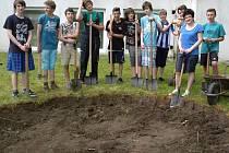 Na zahradě školy Ilji Hurníka se i v minulých dnech pilně pracovalo na realizaci projektu Arboretum pro slavíky. Kromě výsadby nové zeleně tady začalo vznikat dokonce i broukoviště.