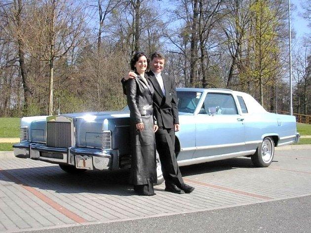 Hlavní organizátor srazu Dušan Gerecký se svou manželkou Šárkou a vozem Lincoln Continental Town Coupé, který v Ostrožné určitě nebude chybět.
