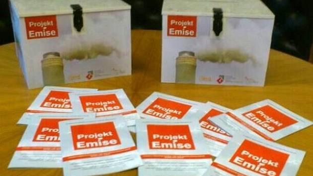 Informační brožury, které budou studenti házet do poštovních schránek u domů, jimž se z komínů valí štiplavý kouř.
