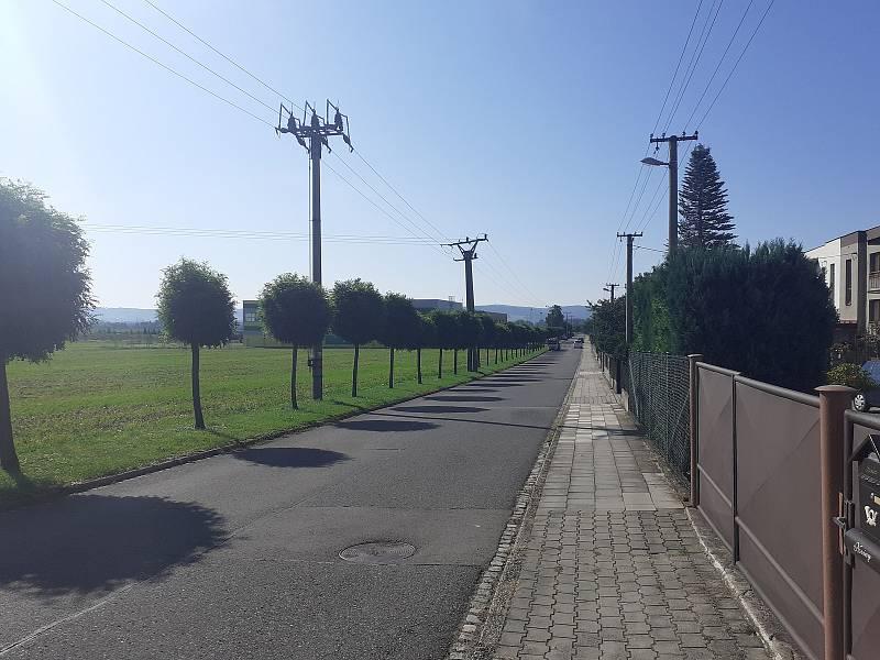 Cesta ke sportovnímu areálu, ulice Sportovní.