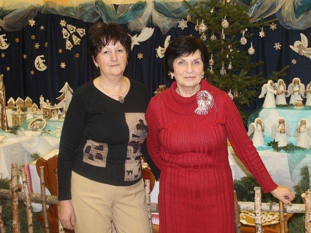 Výstavu připravily dvě hlavní organizátorky, Magdaléna Birtková (vlevo) a Lucie Hamplová.