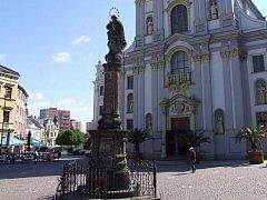 Mariánský sloup na Dolním náměstí nepustí do města mor.
