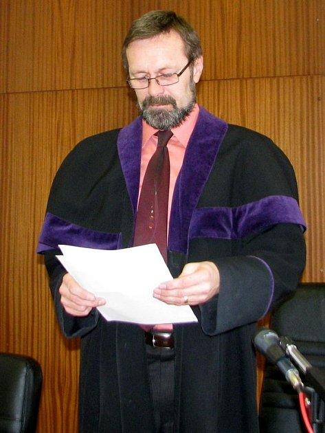 Povstaňte a vyslechněte rozsudek, říká soudce Jaroslav Khul.