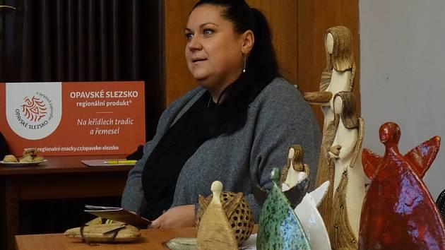 Katka Vlková z Bolatic získala certifikát za své výrobky andělů a dekorativní keramiky. Foto: Petra Chroustová
