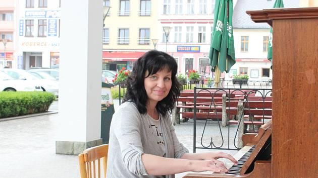 MOŽNOSTI zahrát si u hlučínské radnice využila také Jana Grygarčíková.