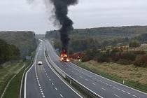 Hořící kamion za Hrabyní.
