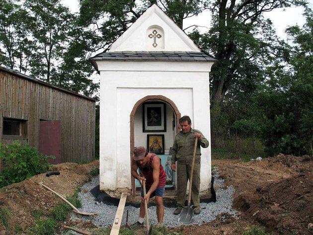 Obec dala šanci nezaměstnaným. Ti teď mohou pracovat na opravě kaple.