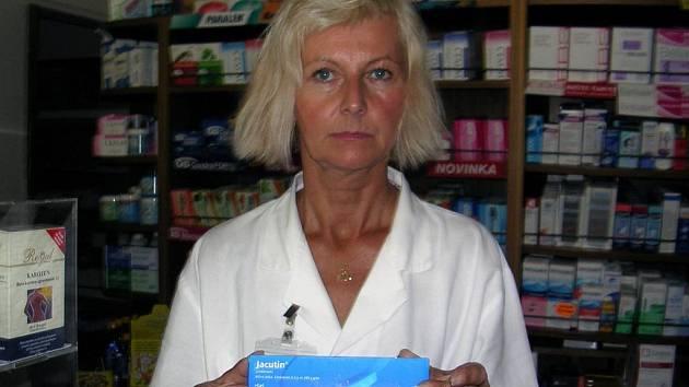 LABORANTKA Dalimila Beinhauerová z opavské lékárny ukazuje jeden z nejúčinnějších prostředků k hubení vší.