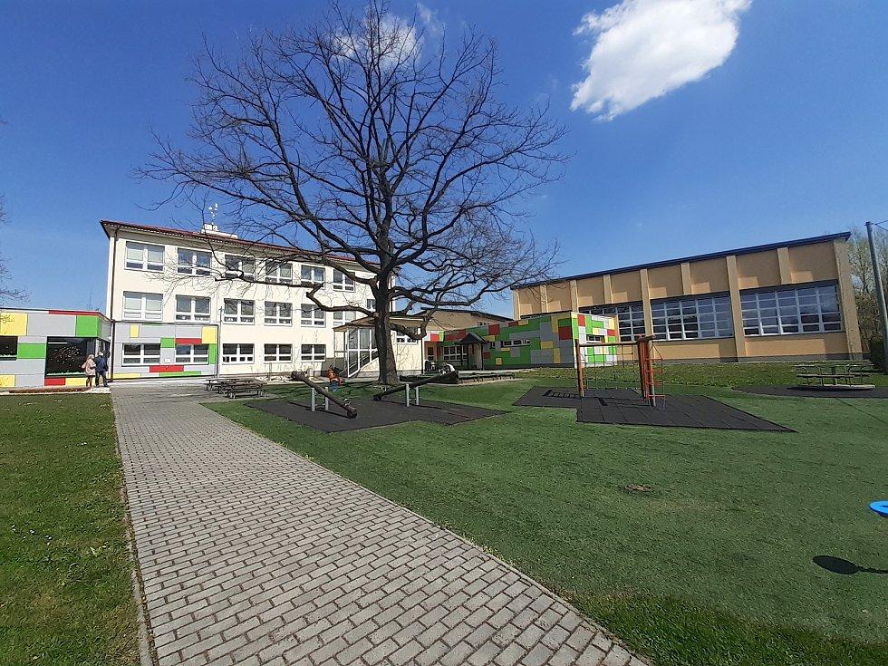 Mateřská škola (vpravo tělocvična).