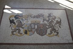 Kopie mozaiky erbu je k vidění v prvním patře zámku v Kravařích. Po originálu se na desítky let slehla zem. Nyní ho pracovníci zámku objevili v jednom ze zámeckých sklepů.