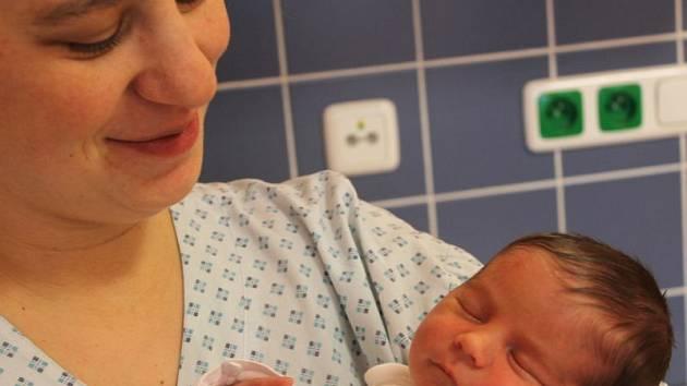 """Matyáš Halfar se narodil 29. listopadu, vážil 2,97 kilogramů a měřil 47 centimetrů. """"Hlavně hodně zdraví, stálý úsměv na tváři a aby z něj vyrostl slušný člověk,"""" přejí synovi rodiče Lenka a Lubomír ze Smolkova. Na Matyáška už doma čeká bráška Mikuláš."""