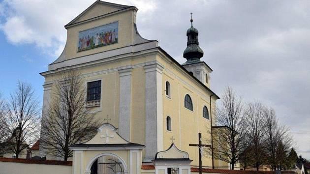 Kostel Nejsvětější Trojice tvoří dominantu Bohuslavic.