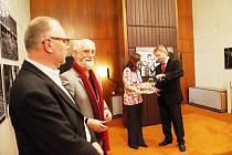Úvodní slovo pronesl na vernisáži pedagog Institutu tvůrčí fotografie Jiří Siostrzonek (v popředí vlevo). Zcela vpravo starosta Vítkova Pavel Smolka.