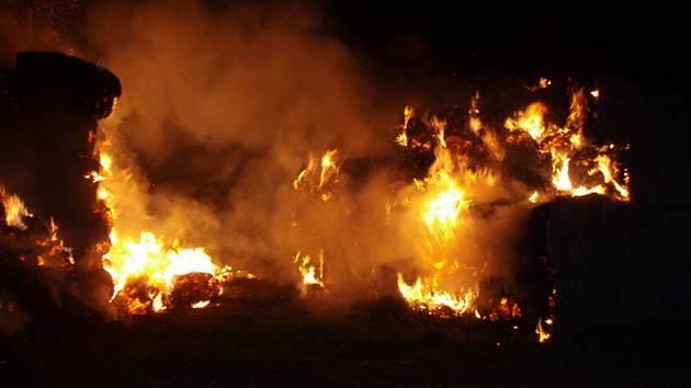 Požár stohu balíků slámy a sena ve Vítkově.