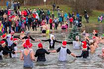 Osmý ročník akce s názvem Opavský rampouch přilákal k sádráku řady lidí. Někteří se přišli jen podívat, desítky se jich ale vydaly rovnou vstříc chladným vodám jezera.